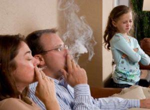 В Англии изъяли двухлетнего ребенка из семьи курильщика